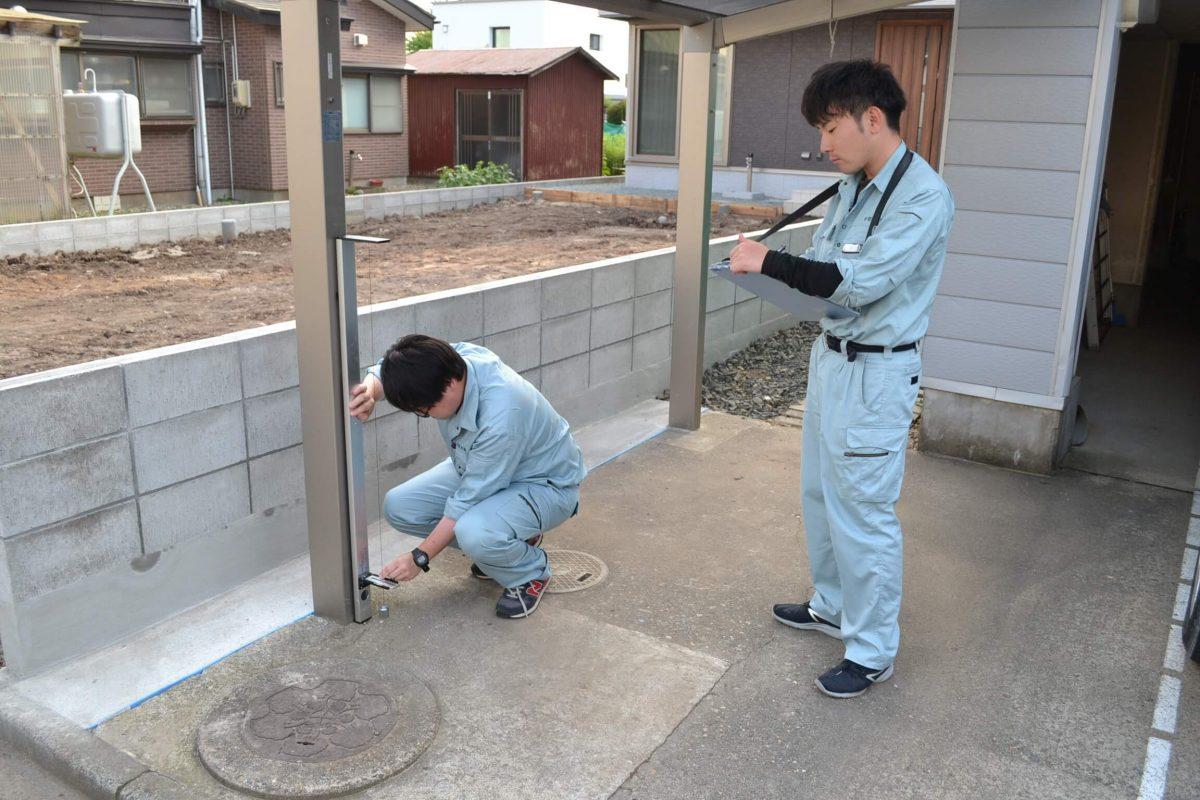 写真:物件の計測をしている様子